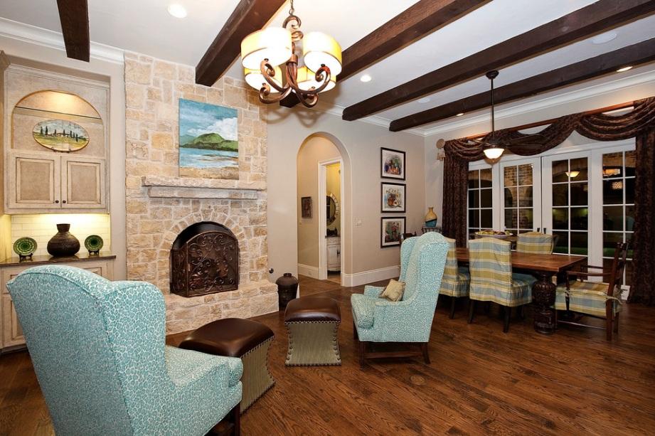 Деревянные декоративные балки на потолке делают помещение оригинальным