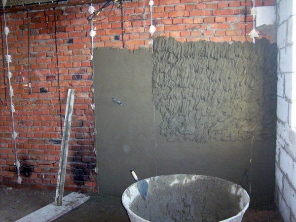 Выполнение черновой штукатурки стен
