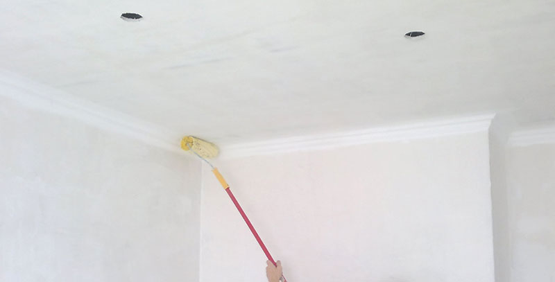 Грунтование потолка - обязательное условие перед нанесением жидких обоев