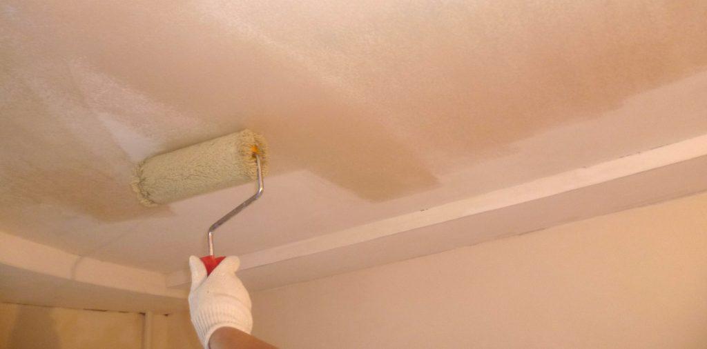 Грунтовка потолка наносится перед каждым слоем шпаклевки. а также перед покраской