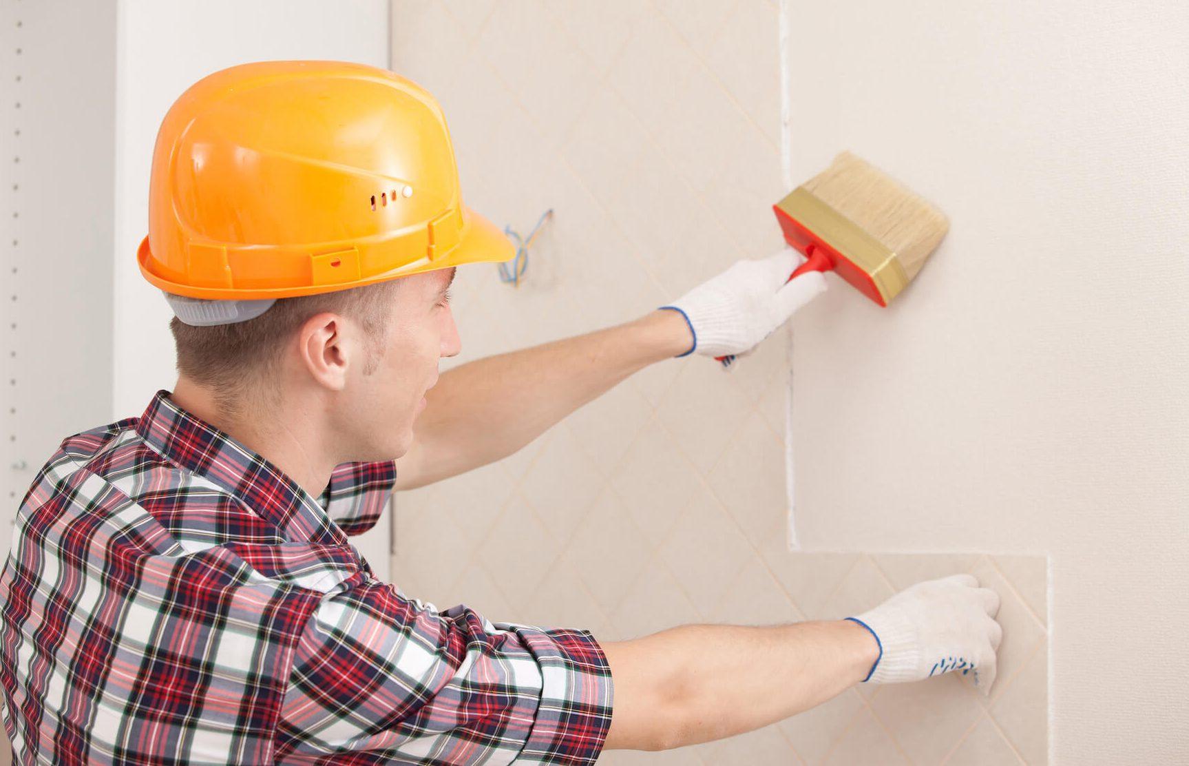 Тщательно наносим грунтовку на стены