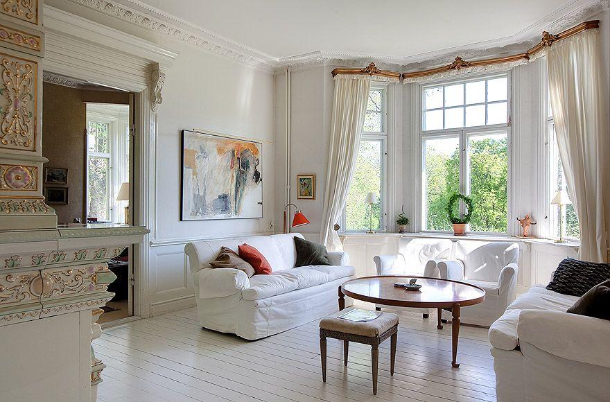 Дизайн комнаты с эркером не обходится без использования карнизов
