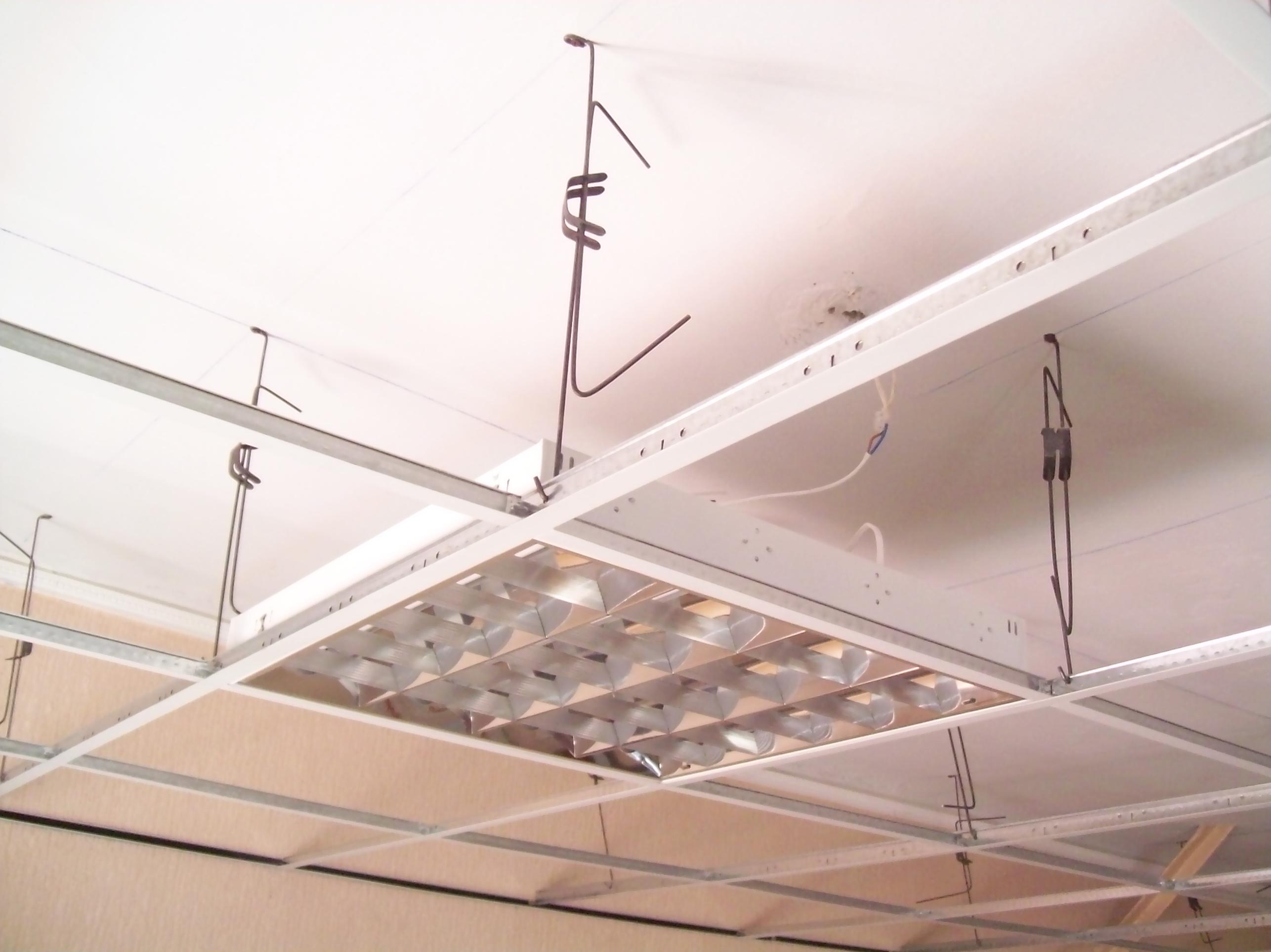 Установка каркаса для стеклянного подвесного потолка