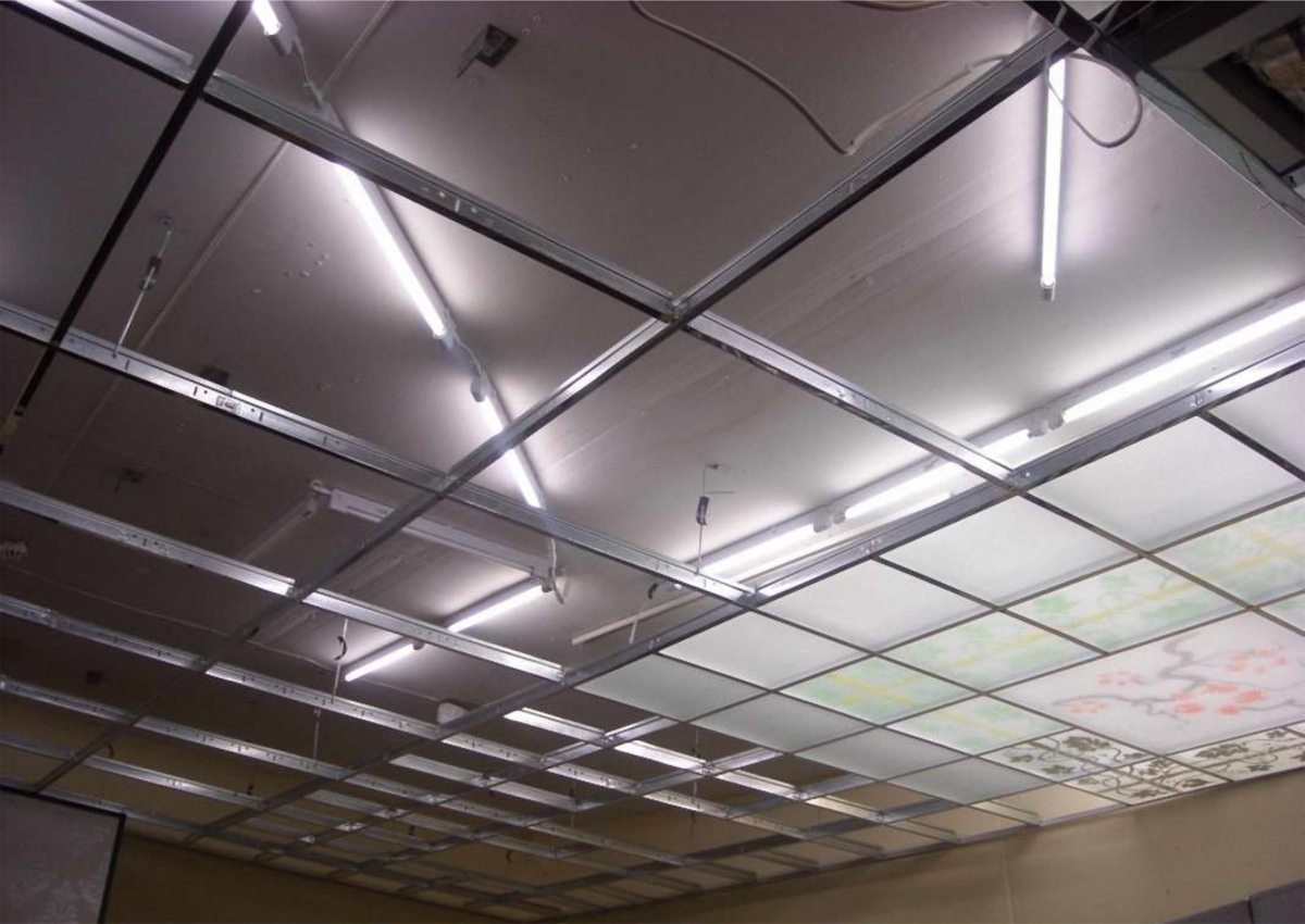 Монтаж подвесного потолка из стекла хорошо производить по системе Амстронг