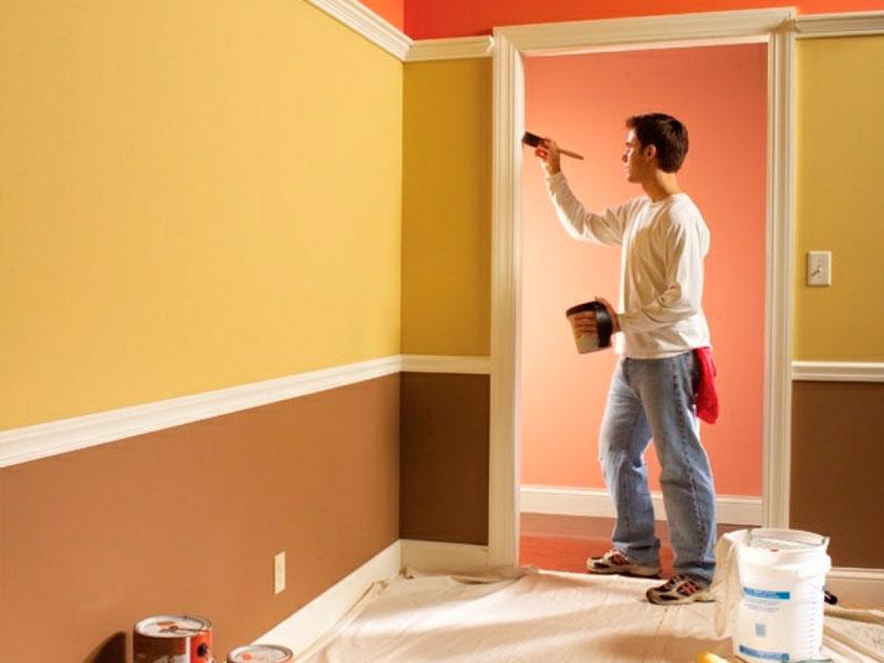 Для выполнения качественной работы по заштукатуриванию и покраске стен необходима помощь мастера