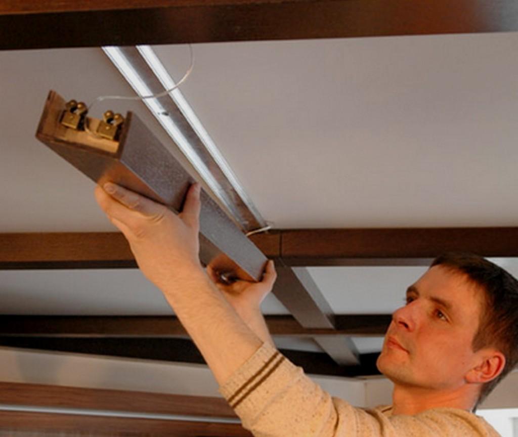Монтаж балок из цельного дерева производится при постройке дома, а декоративных - при помощи специальных профилей