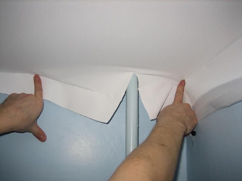 Натяжку ткани необходимо выполнять аккуратно и не торопясь, чтобы потолок стал ровным и красивым