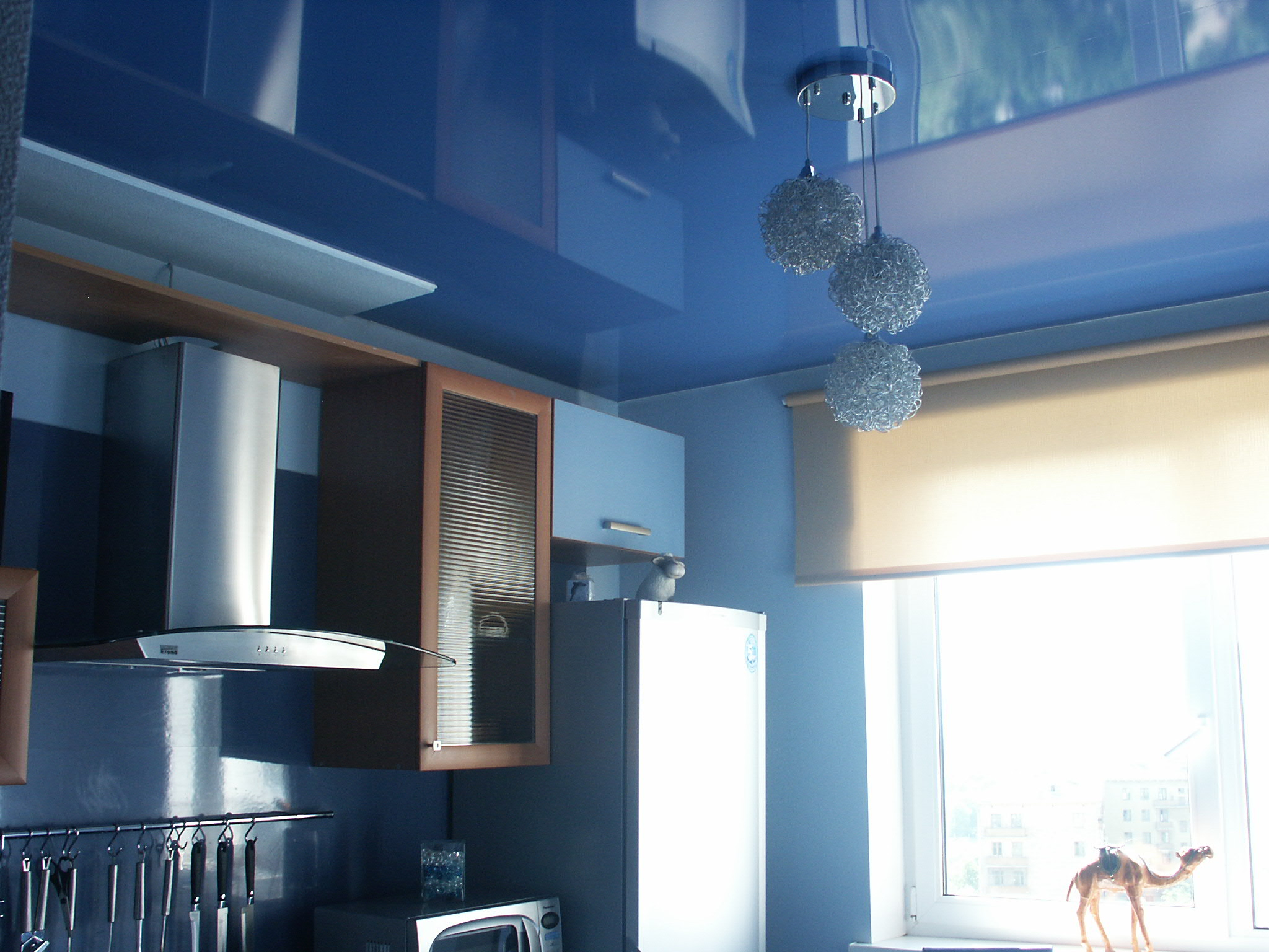 Натяжной потолок может скрыть все неровности и погрешности потолка