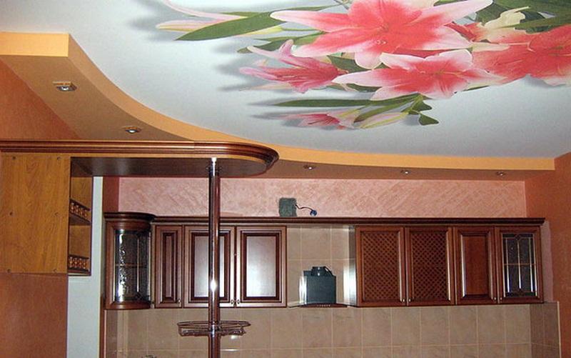 Цвет и рисунок натяжного потолка на кухне можно подобрать любой
