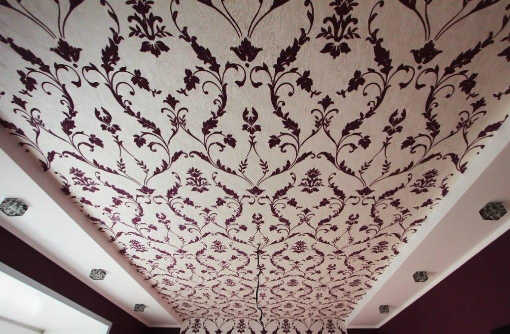 Обои на потолок - довольно распространенный метод благодаря простоте отделки