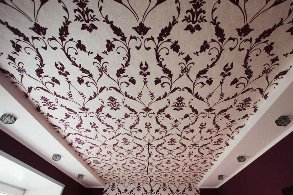 Потолок, оклеенный флизелиновыми обоями, будет хорошо выглядеть при соблюдении правил поклейки