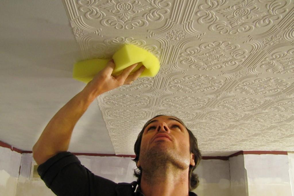 Подготовленный потолок можно обклеивать обоями