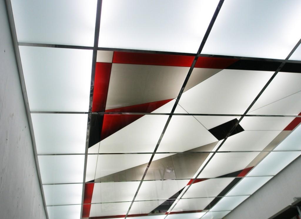 Матовое органическое стекло - наиболее популярный материал для строительства подвесного потолка