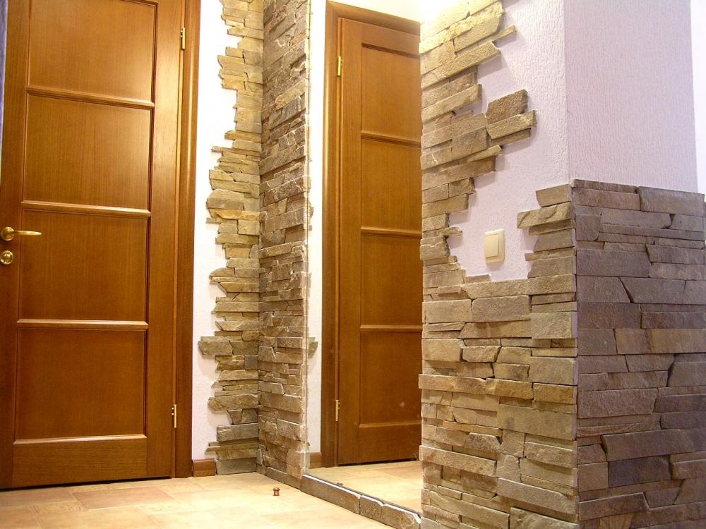 Дверной проем. отделанный декоративным камнем