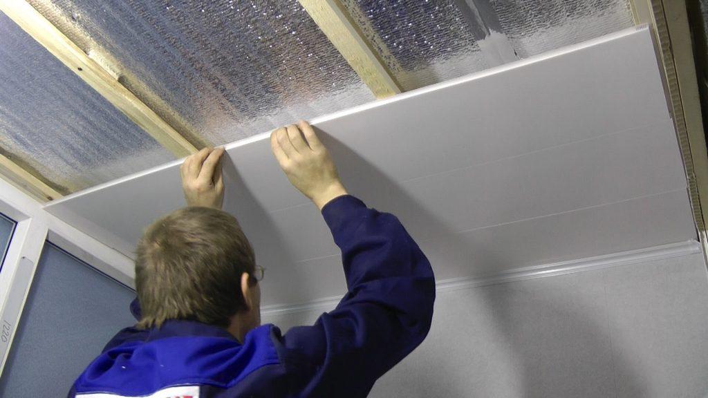 Одним из вариантов обшивки потолка могут стать специальные панельки