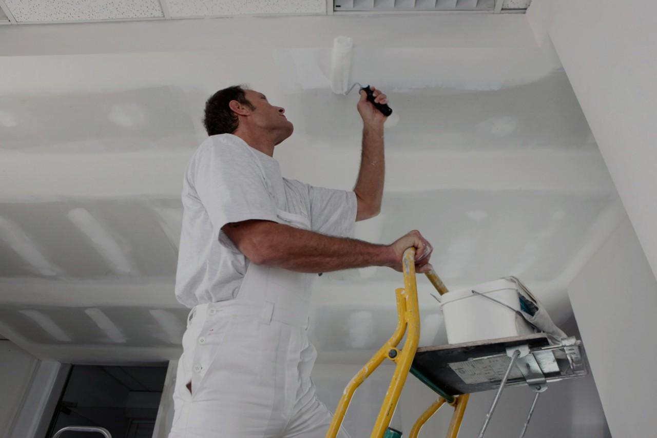 Побелить потолок можно при помощи валика. кисти или специальной машины