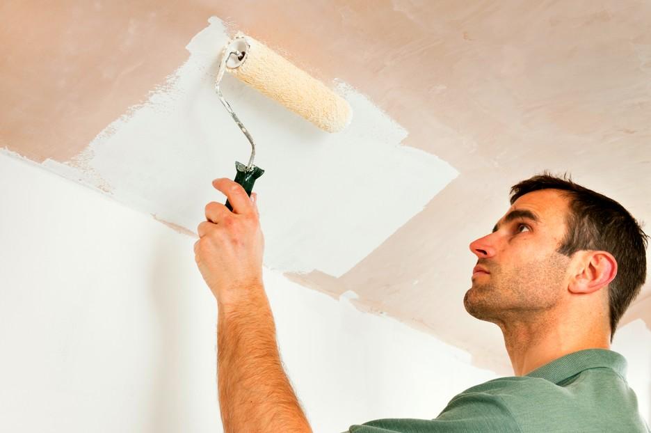 При подготовке потолка желательно обработать поверхность средством от грибка и плесени