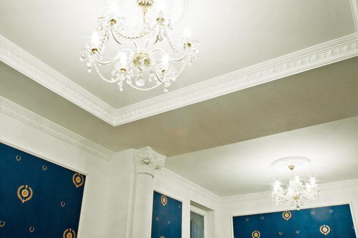 Потолочный плинтус завершает отделку потолка и стен