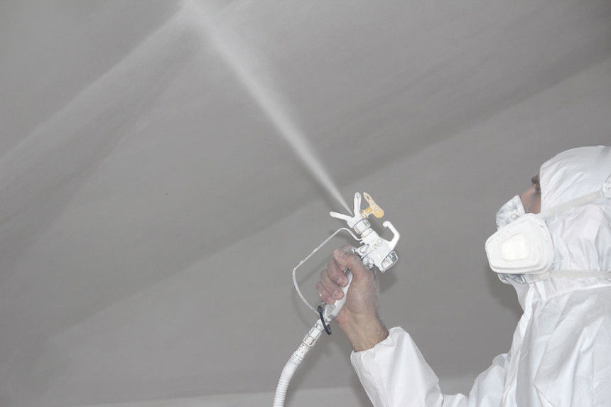 Покраска потолка при помощи распылителя