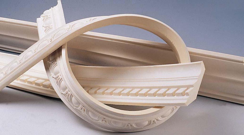 Хорошим вариантом для углов полукруглой формы является применение полиуретанового плинтуса