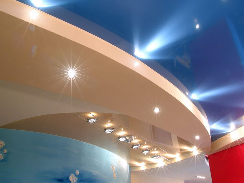 Потолочное освещение задает настроение и стиль интерьера