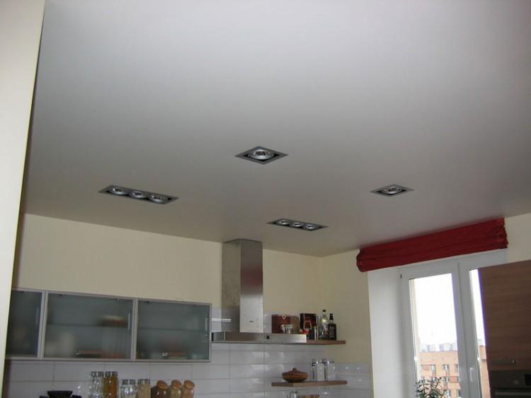 Оштукатуренный потолок на кухне наименее трудозатратный