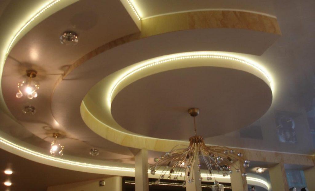 Потолок с подсветкой - отличное решение для помещений с высоким потолком