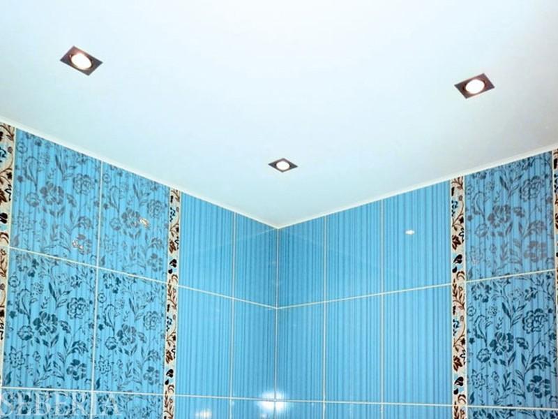 Чтобы потолок в ванной хорошо смотрелся, необходимо освежить его покрытие. Это можно сделать при помощи покраски