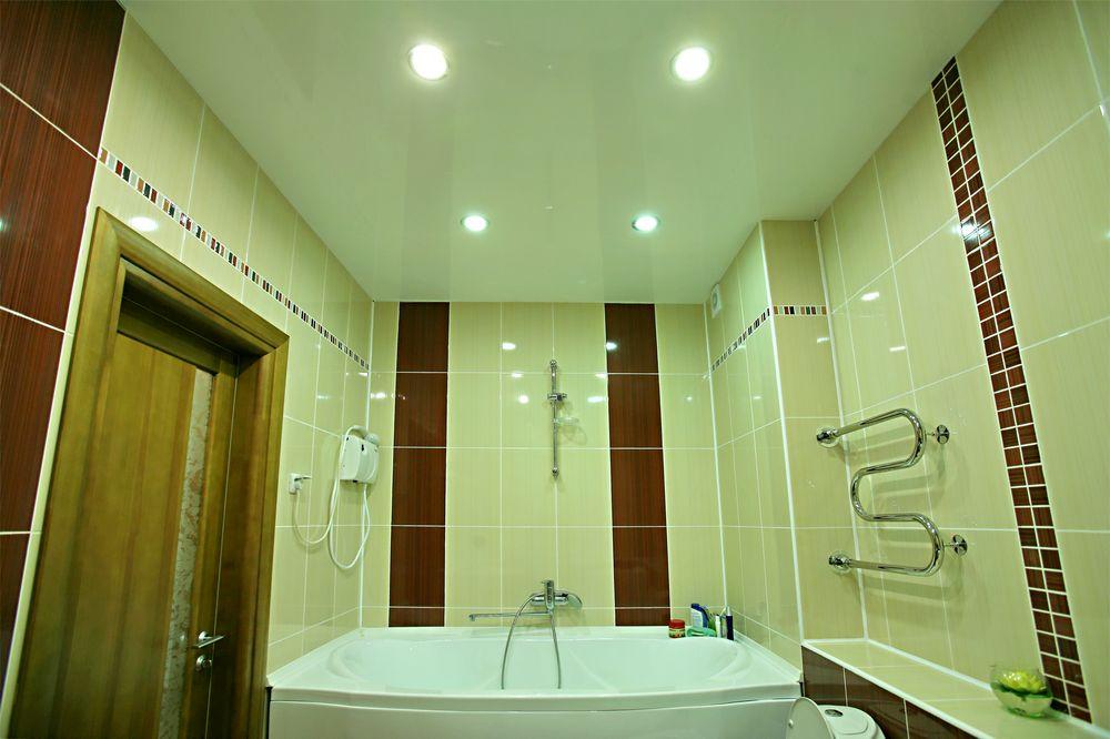 Ровный, красивый, подвесной потолок преобразит ванную комнату