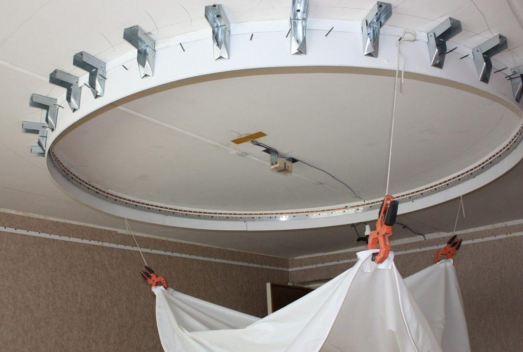 Перед натяжением полотна на потолке должна быть установлена проводка