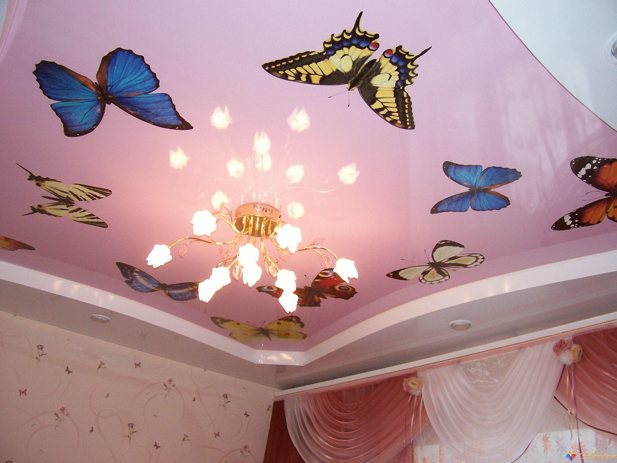 Розовый потолок с бабочками отлично подойдет для спальни девлки