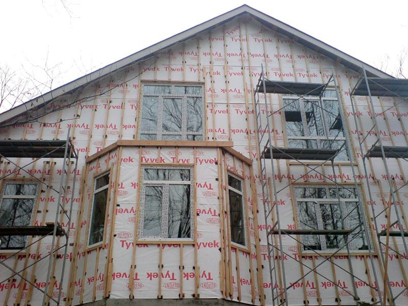 Рекомендуется защитить дом от сквозняков при помощи утеплителей