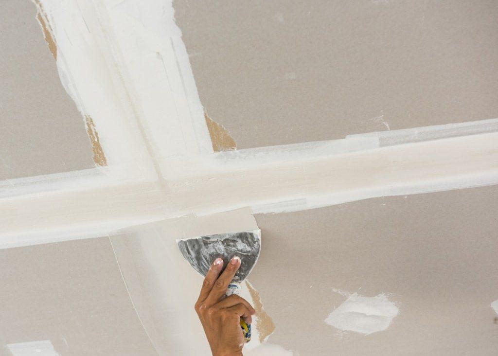 Подготовка потолка включает в себя выравнивание щелей