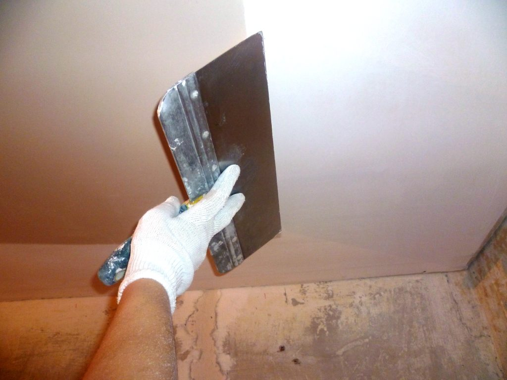 Шпаклевка потолка из гипсокартона проходит в несколько этапов