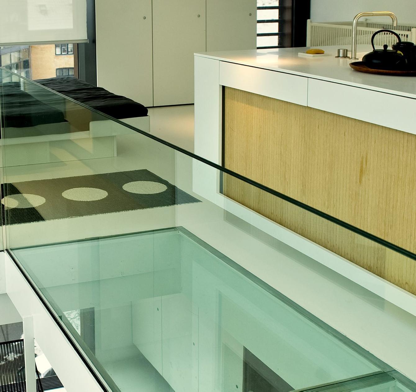 Триплекс стекло очень крепкое, поэтому нашло применение в отделке потолка