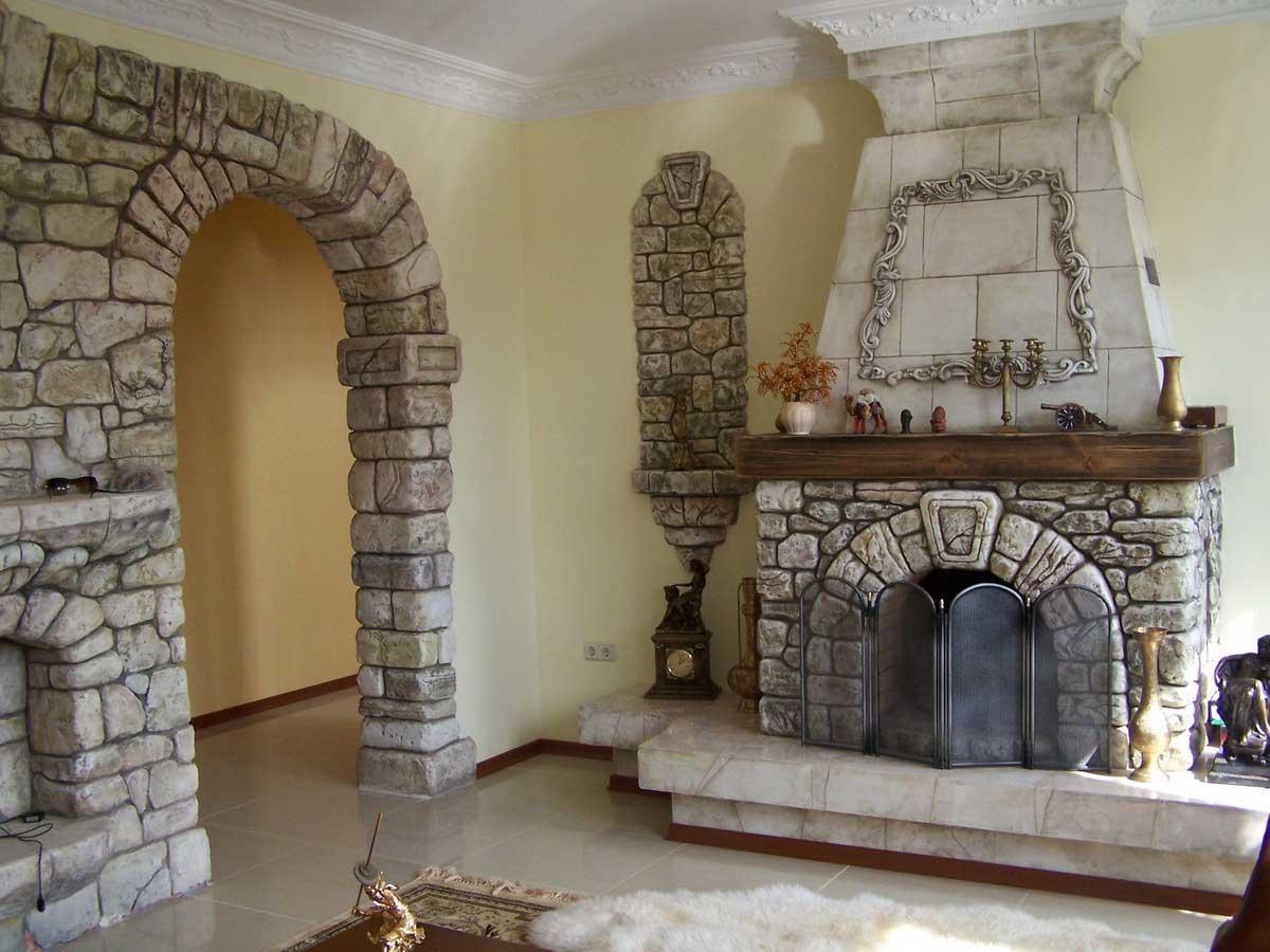 Декоративный камень достойно вписывается в дизайн любого помещения, в том числе и на кухню