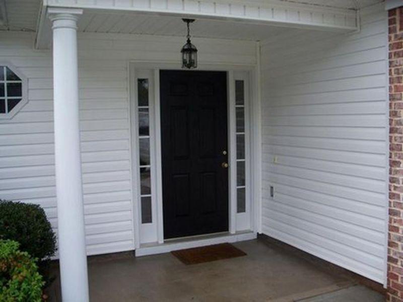 Дверь на улице подвергается постоянным изменениям температуры, следовательно, отделка двери должна выдерживать подобные изменеия