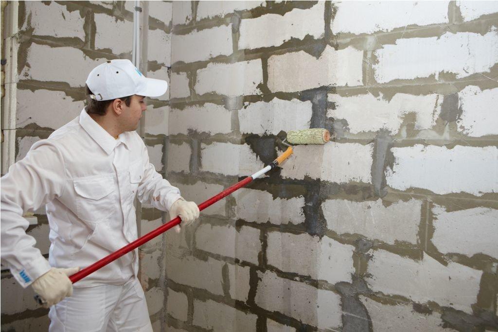 Для лучшей адгезии и защиты от грибка проводят грунтование стен