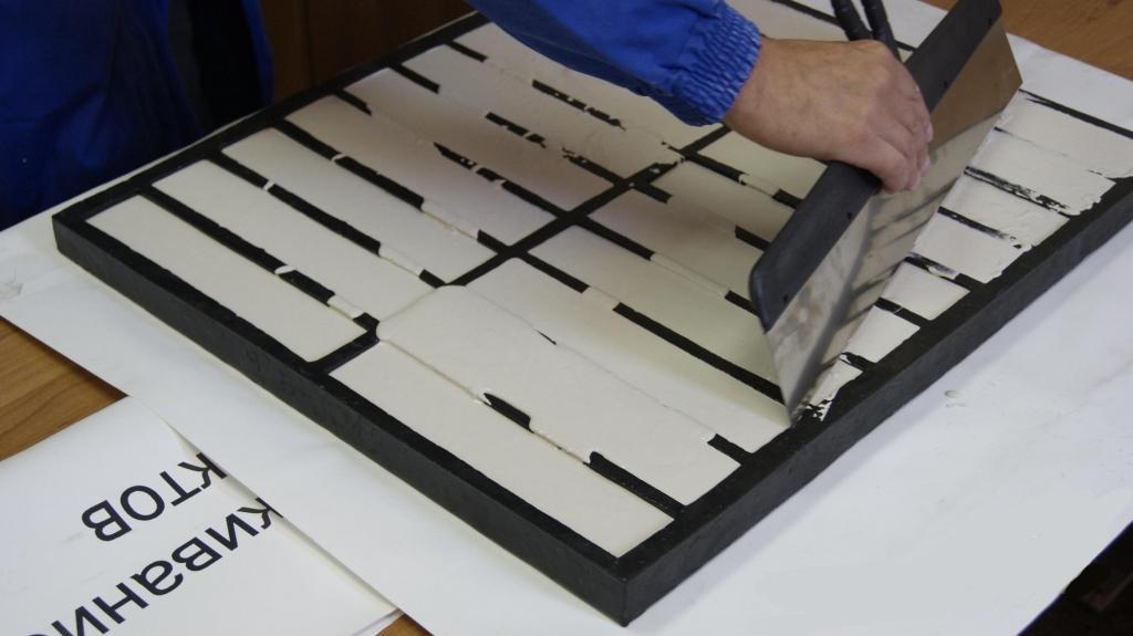 Изготовить гипсовые кирпичи можно своими руками