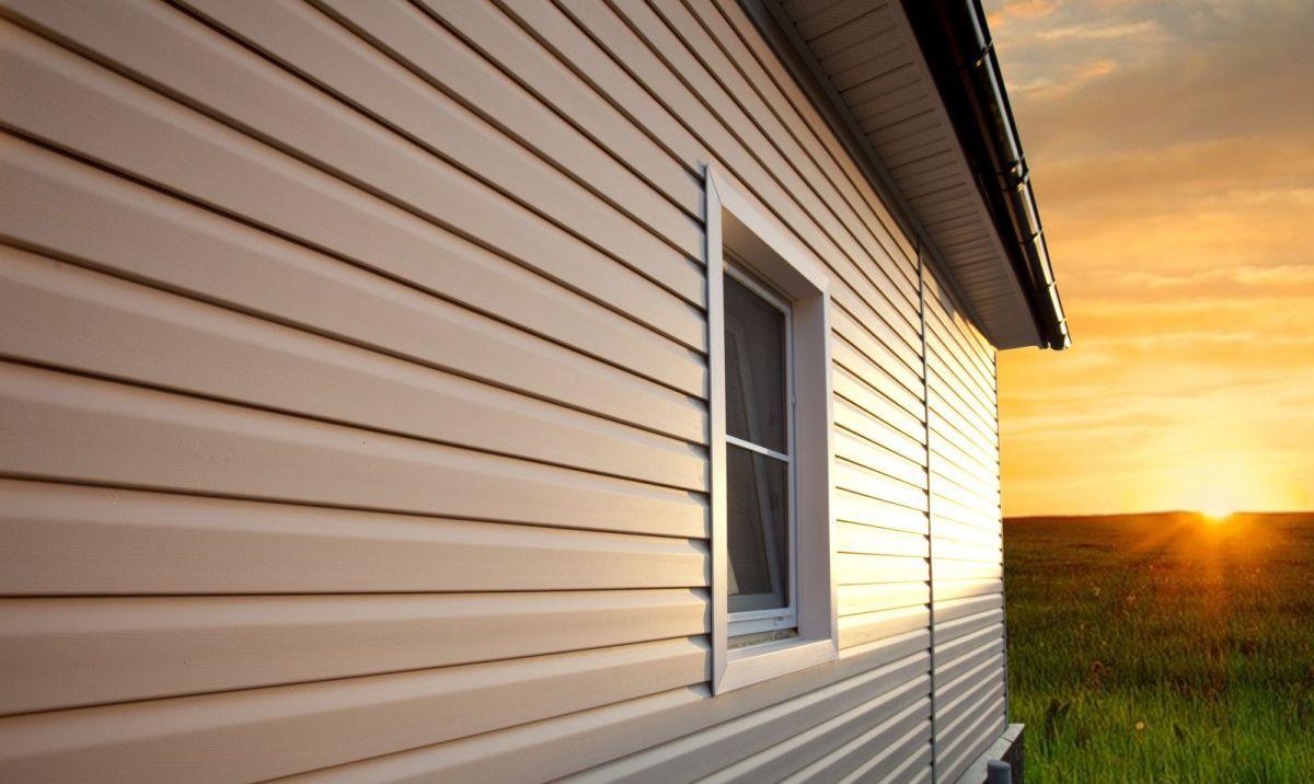 Отделка дома сайдингом прослужит многие годы благодаря свойствам данного материала