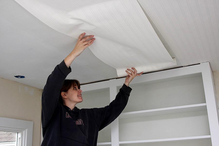 Потолок не трудно обклеить обоями в отличие от других видов отделки