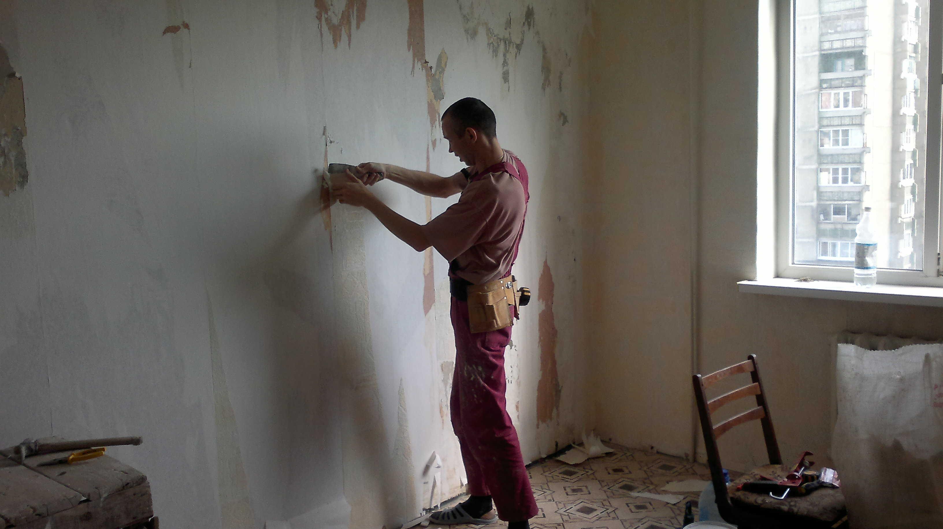 Перед удалением шпаклевки мебель лучше вынести из помещения