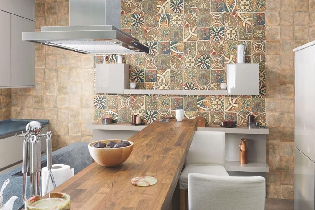Керамической плиткой можно отделать не только фартук на кухне, но и целую стену