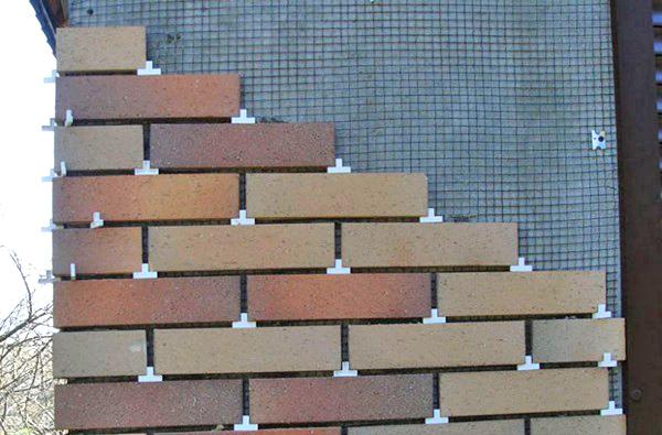 Керамической плиткой можно отделать стены как внутри, так и снаружи здания