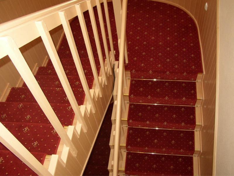 Ковролин можно стелить по центру лестницы