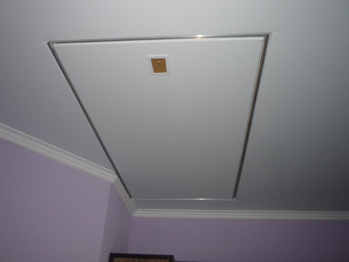 Люк в потолке необходим для доступа к инженерным сооружениям или для выхода на чердак