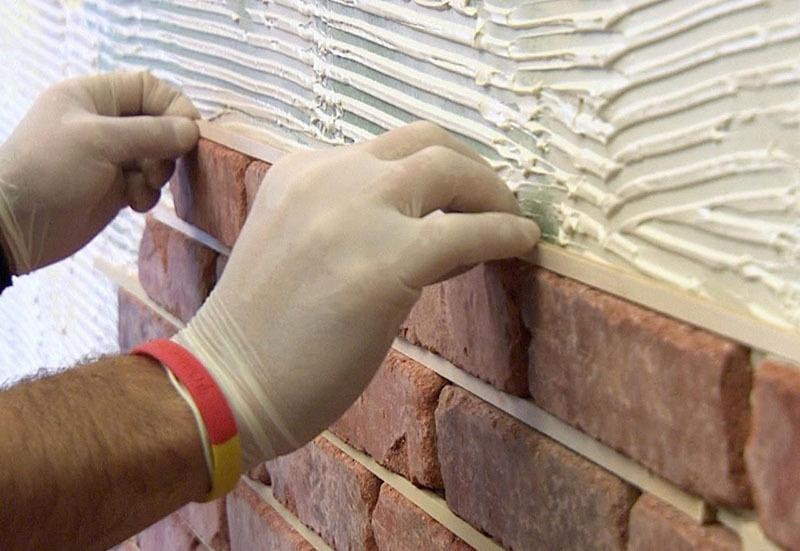 Монтаж искусственного камня на стены