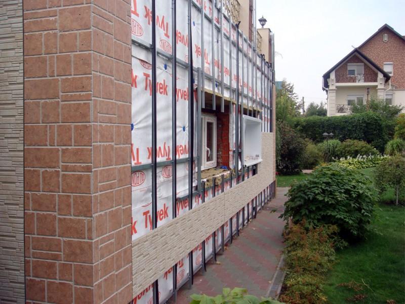 Металлический каркас для монтажа панелей ПВХ на фасаде