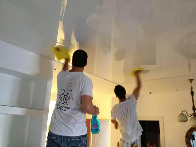 Мыть потолок лучше всего тряпочкой