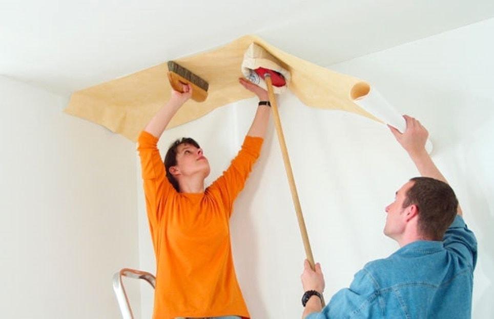 Оклейку потолка лучше производить вдвоем